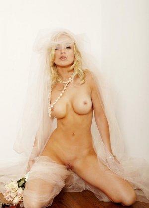 Голая пизда блондинки с букетом роз - фото 9