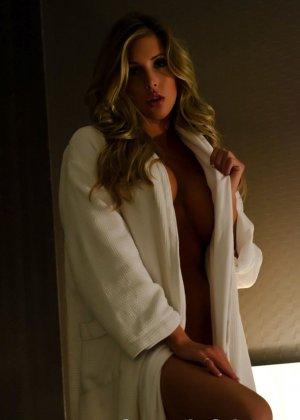 Снимая халат блондинка раздевается до гола и мастурбирует в своей кровати - фото 3