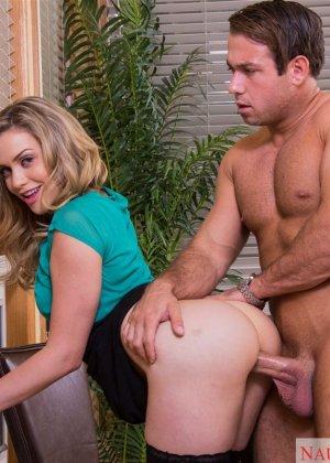 Сексуальная блондинка в чулках трахается на офисном столе - фото 12