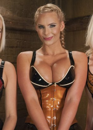 Трио девушек в латексе со своими домашними секс игрушками - фото 2