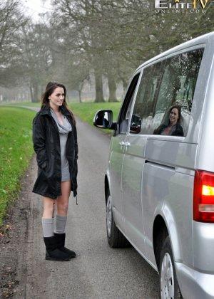 Тори Блек показала пизду в машине незнакомому водителю - фото 1