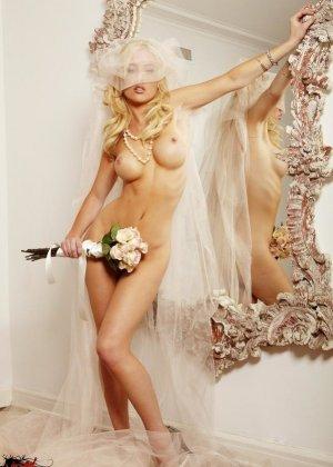 Голая пизда блондинки с букетом роз - фото 4