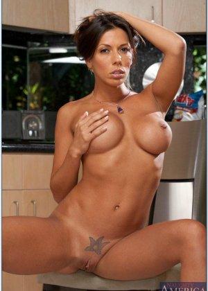 Сексуальная Рашель ебется на кухне в разных позах - фото 16
