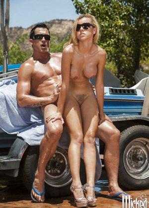 Секс на улице с блондинкой в солнцезащитных очках - фото 14