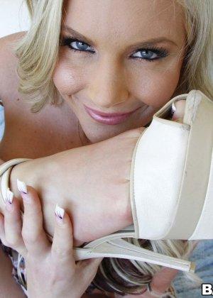 Блондинка надрачивает член своему парню нежными длинными ножками - фото 2