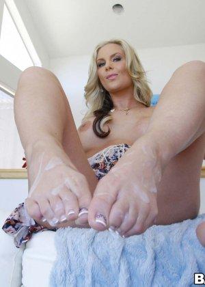 Блондинка надрачивает член своему парню нежными длинными ножками - фото 15