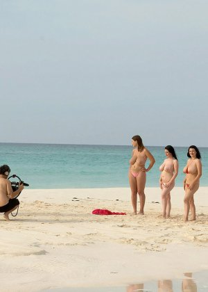 Взрослые женщины в купальниках и без них - фото 1