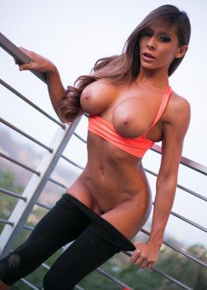 Фитоняшка оголила груди и гениталии - фото 8