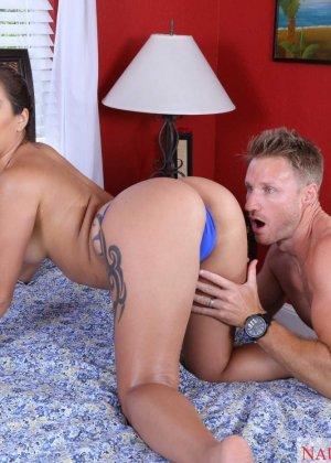 Секс с брюнеткой в голубом бикини - фото 9
