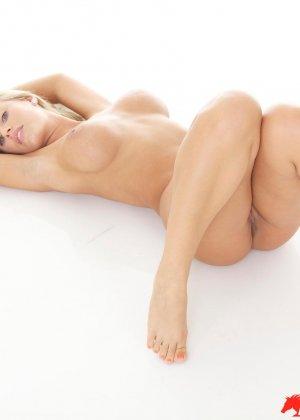 Блондинка с красивыми голыми сиськами - фото 12