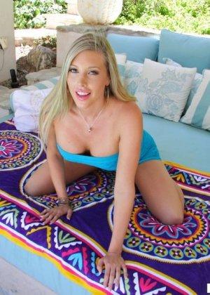 Блондинка с большими титьками показывает красивый анус крупным планом - фото 4