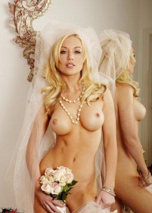 Голая пизда блондинки с букетом роз - фото 7