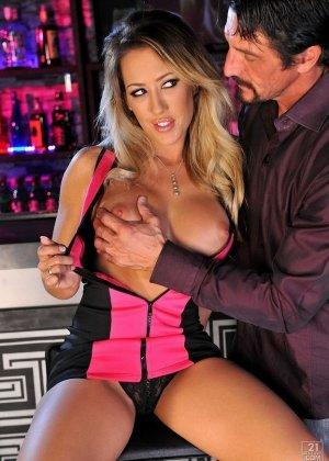 Бармен ебет красивую блондинку у стойки бара - фото 2