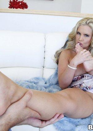 Блондинка надрачивает член своему парню нежными длинными ножками - фото 7