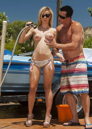 Секс на улице с блондинкой в солнцезащитных очках - фото 3