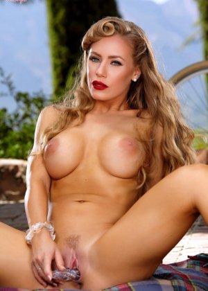 Обнаженная блондинка мастурбирует на природе - фото 11