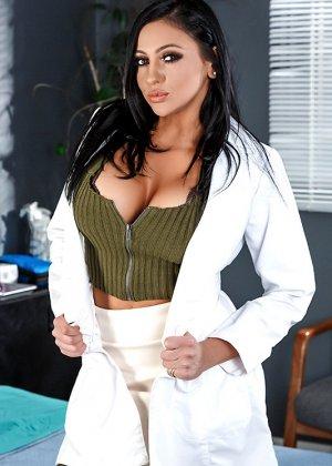 Больной трахнул свою жену и лечащую врачиху по очереди в больничной палате прямо на кровати - фото 1