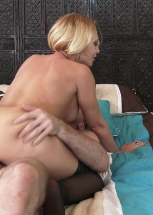 Секс с коротковолосой девушкой блондинкой в чулках - фото 10