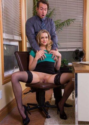 Сексуальная блондинка в чулках трахается на офисном столе - фото 9