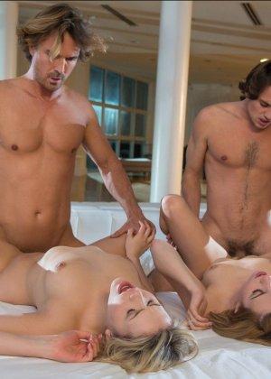Групповой секс с двумя очаровательными блондинками - фото 3