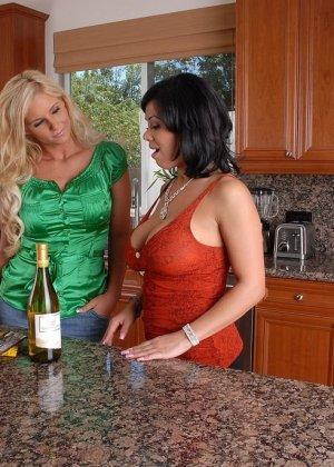Три пьяные титястые женщины соблазнили мужа одной из них - фото 1