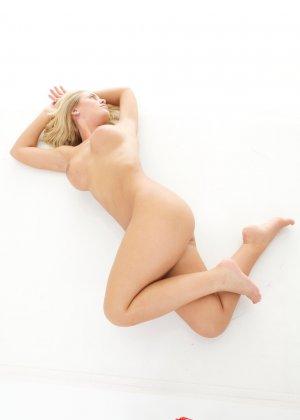 Блондинка с красивыми голыми сиськами - фото 14