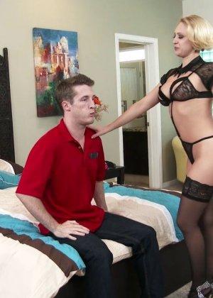 Секс с коротковолосой девушкой блондинкой в чулках - фото 5