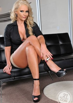 Ебет хуем зрелую блондинку на кожаном диване - фото 2