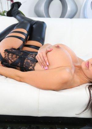 Секс с черным страпоном зрелых дамочек - фото 2