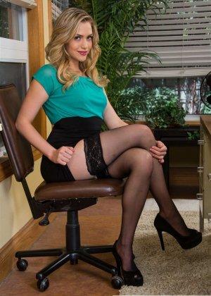 Сексуальная блондинка в чулках трахается на офисном столе - фото 1