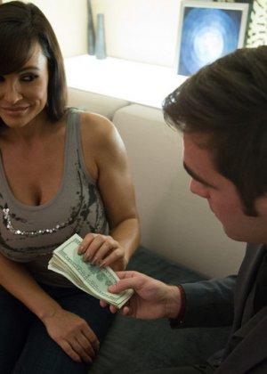 Зрелая проститутка с большими титьками трахается за деньги - фото 2