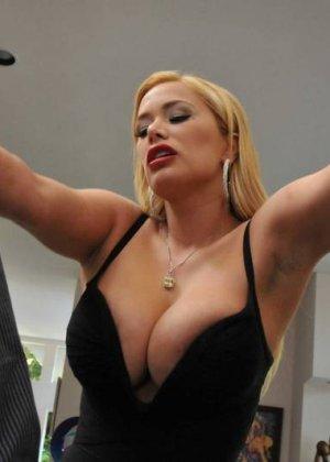 Блондинку с огромной пиздой, нужно ебать в жопу - фото 1