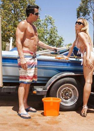 Секс на улице с блондинкой в солнцезащитных очках - фото 2