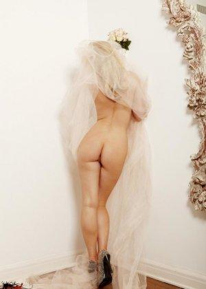 Голая пизда блондинки с букетом роз - фото 8