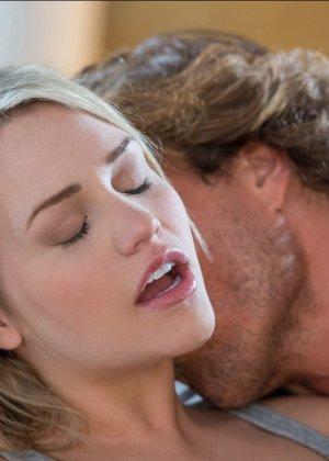 Групповой секс с двумя очаровательными блондинками - фото 10