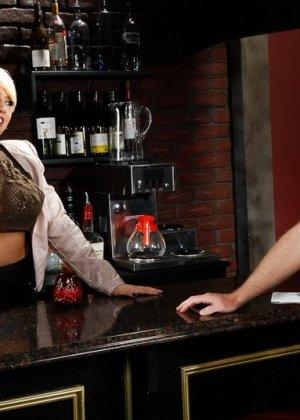 Трахает жопастую блондинку большим членом на барной стойке - фото 5