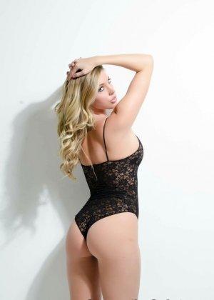 Сексуальная блондинка раздевается и показывает сиськи - фото 8