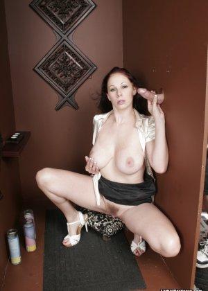 Оральный секс с горячей брюнеткой в туалете - фото 8