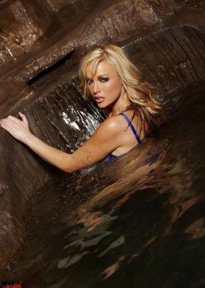 Соло блондинки в купальнике - фото 3