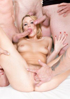 Блондинка в сексуальном белье сосет члены у кучи мужиков и глотает сперму - фото 27