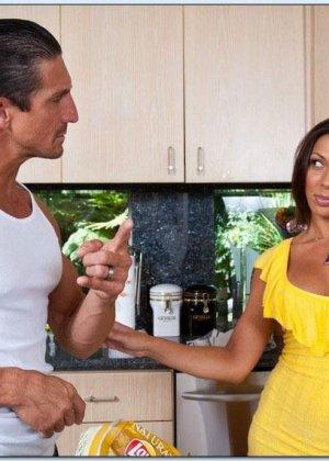 Сексуальная Рашель ебется на кухне в разных позах - фото 4