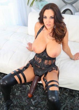 Секс с черным страпоном зрелых дамочек - фото 13