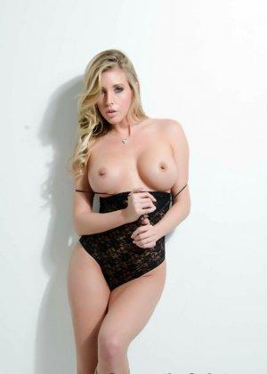 Сексуальная блондинка раздевается и показывает сиськи - фото 15