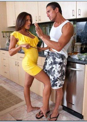 Сексуальная Рашель ебется на кухне в разных позах - фото 5