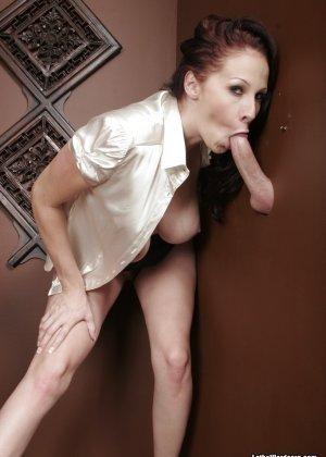 Оральный секс с горячей брюнеткой в туалете - фото 20