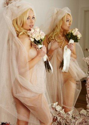 Голая пизда блондинки с букетом роз - фото 2