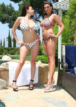 Две женщины начали заниматься сексом у бассейна, сняв купальники - фото 1