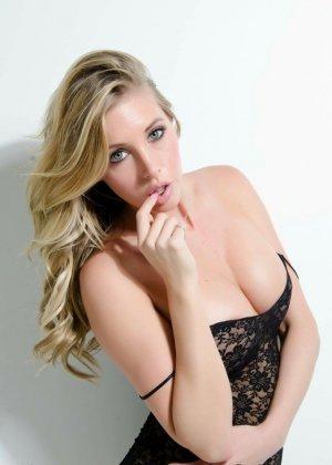 Сексуальная блондинка раздевается и показывает сиськи - фото 12