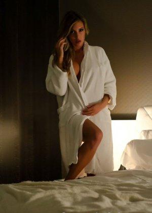 Снимая халат блондинка раздевается до гола и мастурбирует в своей кровати - фото 1