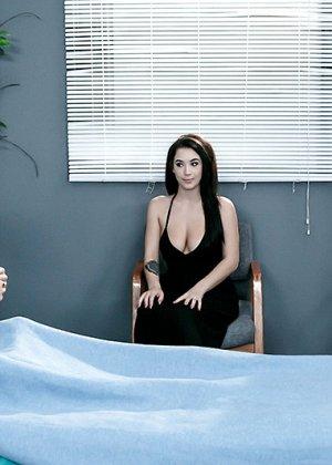 Больной трахнул свою жену и лечащую врачиху по очереди в больничной палате прямо на кровати - фото 2